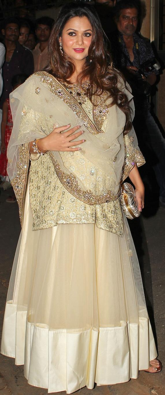 amrita-arora-at-kareena-sangeet-Pose