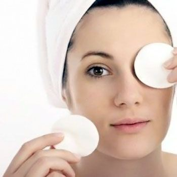Apply-cotton-balls-to-reduce-dark-circles