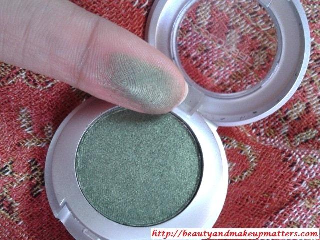Colorbar-Eye-Shadow-Green-Stroke-Swatch