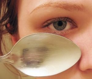 Spoon-On-Eyes-to-reduce-under-eye-dark-circles