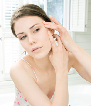 popping-zits-Bad-Beauty-Habits