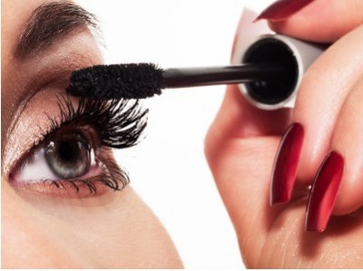MakeupTricksForLongerLashes-ApplyMascara