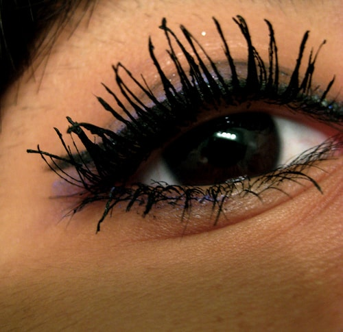 6-Common-Makeup-Mistakes-ClumpedEyelashes