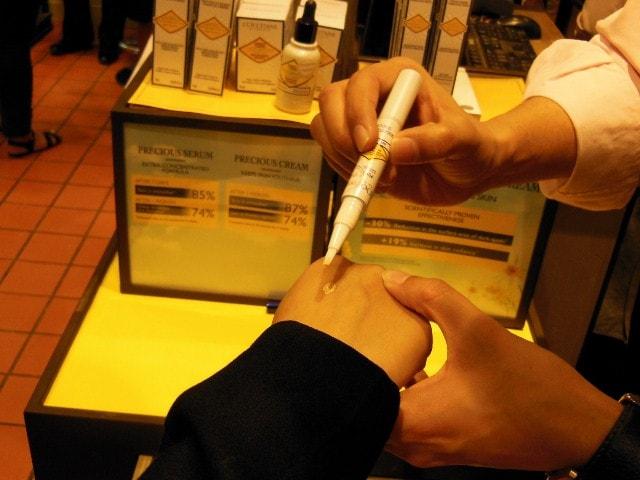 L'Occitane Brightening Immortelle Concealer - Niesha hands