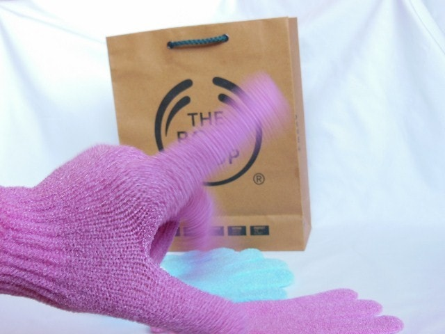 The Body Shop Bath Exfoliation Gloves in Pink Blurred