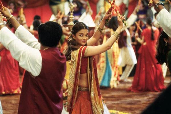 top-10-bollywood-celeb-garba-navaratri-looks-aishawarya-rai-dola-dola-bride-and-prejudice
