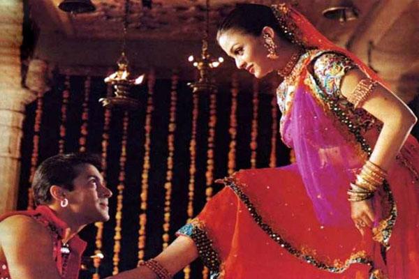 top-10-bollywood-celeb-garba-navaratri-looks-aishwarya-rai-dholi-taro