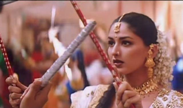 top-10-bollywood-celeb-garba-navaratri-looks-sonali-bendre-chaand-aaya-hai-zameen-pe