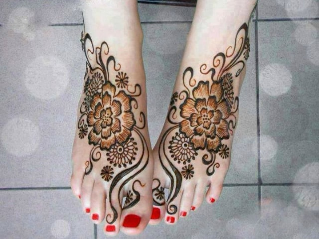 trending-henna-designs-for-feet-floral-mehendi-design-3