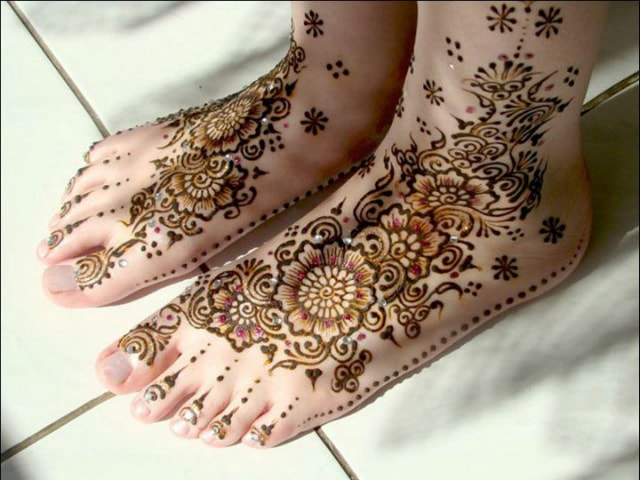 trending-henna-designs-for-feet-glittery-indian-bridal-mehendi-design-for-feet