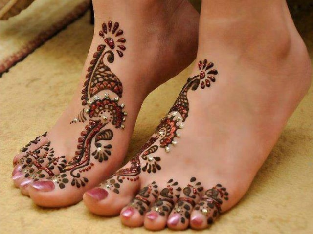 trending-henna-designs-for-feet-latest-glittery-indian-bridal-mehendi-design-2