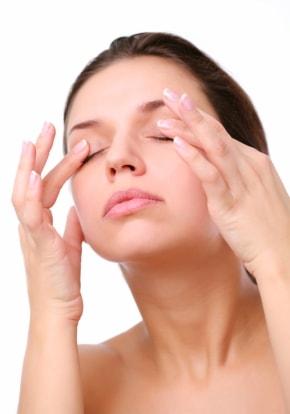 Almond-Oil-massage-for-reducing-dark-under-eyes