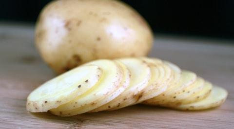 Apply-raw-potato-slices-For-Under-Eye-DarkCircles