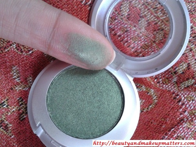 Colorbar-Eye-Shadow-Green-Stroke-Swatch