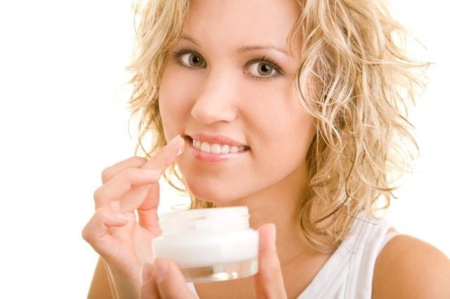 SkincareTips-ToAvoidChappedLips-MoisturizeLips-with-LipBalm