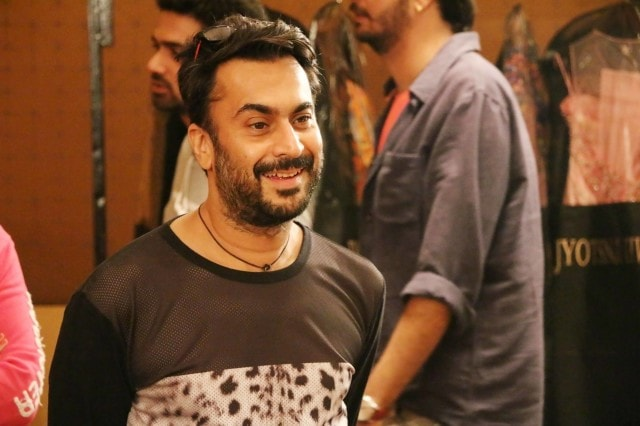 Veteran Stylist Aki Narula, busy at the fittings of the Jabong Show