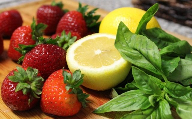 strawberry-face-mask-recipes-at-home-lemon-and-strawberry-face-mask