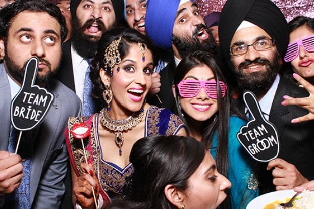 10-best-photobooth-inspirations-for-wedding-celebrations-finger-quotes