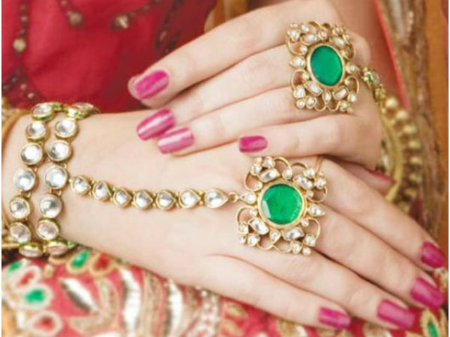 must-have-vintage-jewelry-for-indian-brides-traditional-hath-phool