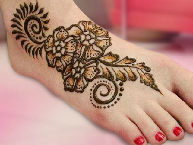 trending-henna-designs-for-feet-floral-mehendi-design-2