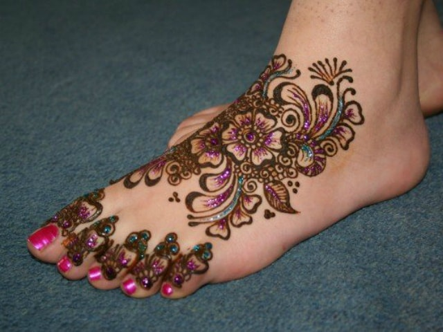 trending-henna-designs-for-feet-glittery-mehendi-design-for-feet-2