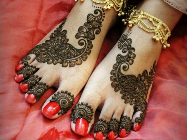 trending-henna-designs-for-feet-indian-mehendi-design-for-feet-2