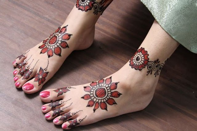 trending-henna-designs-for-feet-minimalistic-heena-design