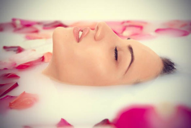 beauty-benefits-of-rose-water-milk-and-rose-petal-bath